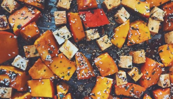 pieczona dynia hokkaido z tofu i sezamem